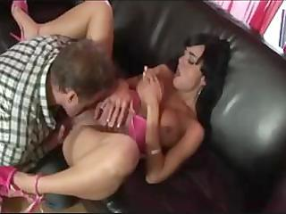 hawt d like to fuck exposes her body and