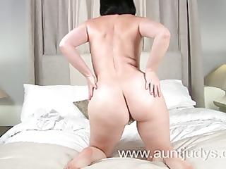 hot milf amber widens her legs