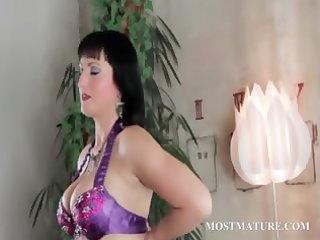 aged chick masturbates her hawt vagina